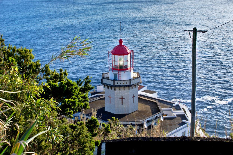 Der Farol Ponta do Arnel auf Sao Miguel ist einer der schönsten Leuchttürme hier.