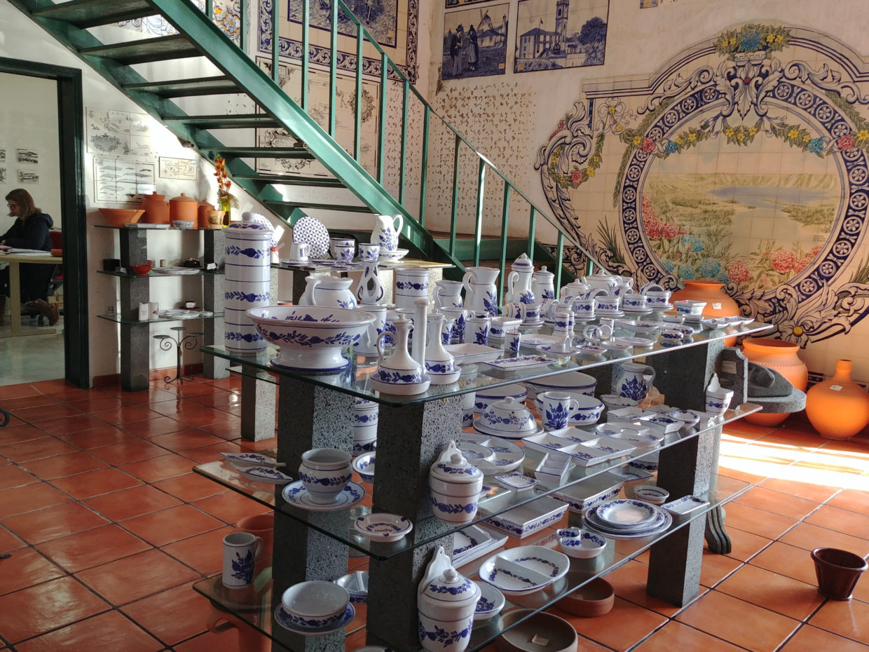 The ceramics in the Cerâmica Micaelense can be custom painted to your desire with patterns and pictures.