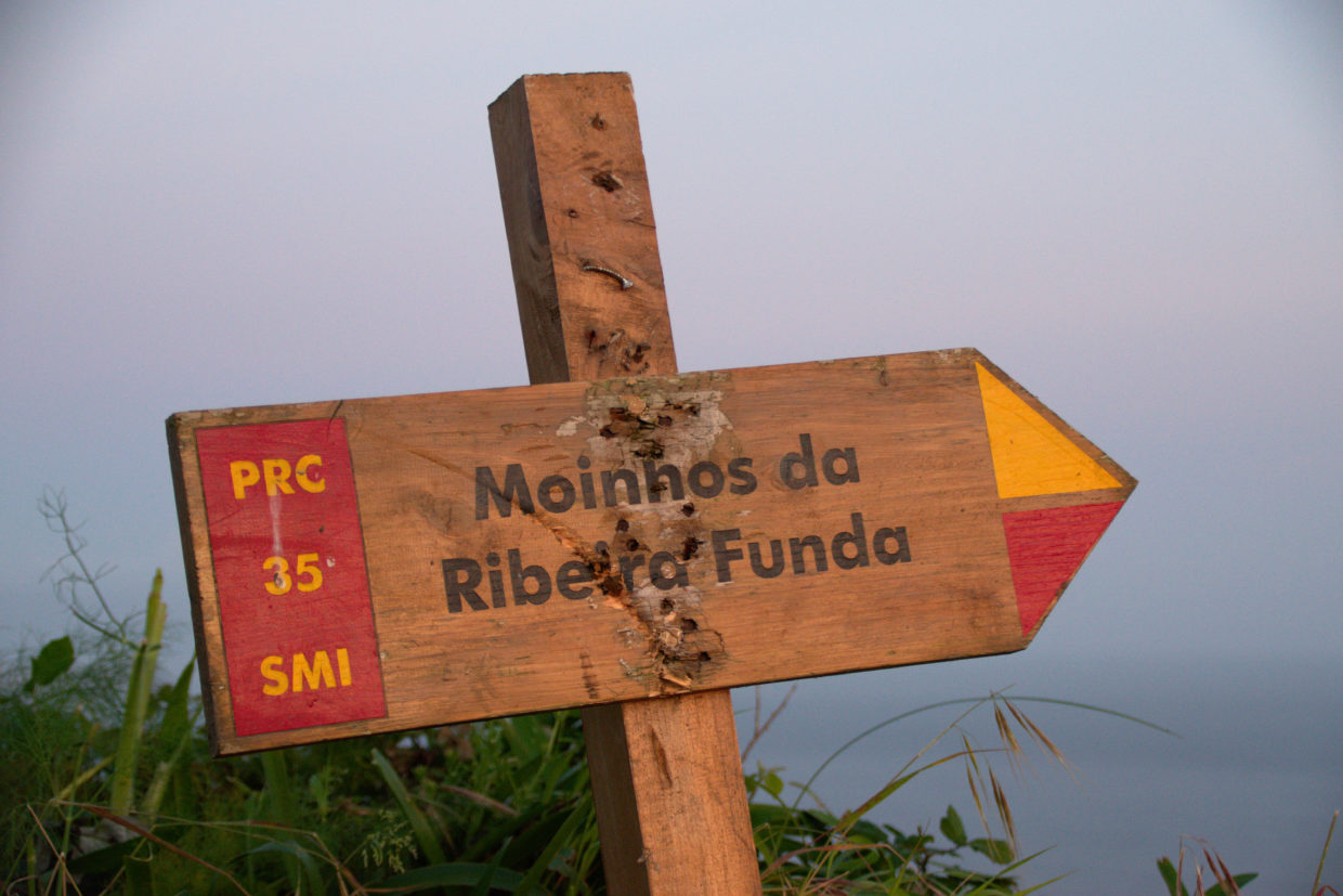 Signpost by the starting point on the way to the mills of Ribeira Funda.