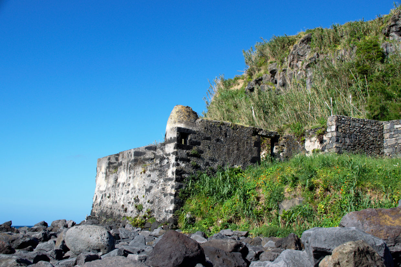 Ruin by the entrance to the Porto Formoso