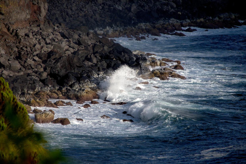Incoming waves by the Miradouro do Parque Endémico do Pelado