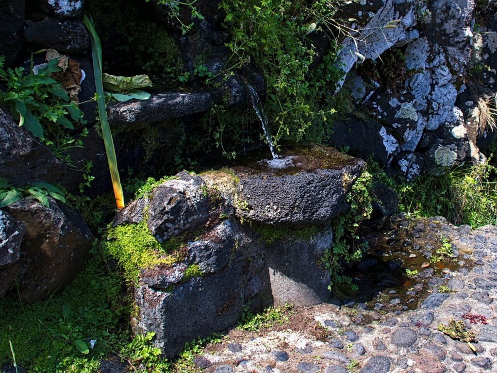 The millstone by the mill near the Praia da Viola serves as the basin of a spring.