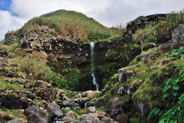 Wasserfall am Weg zur Praia da Viola neben der alten Mühle