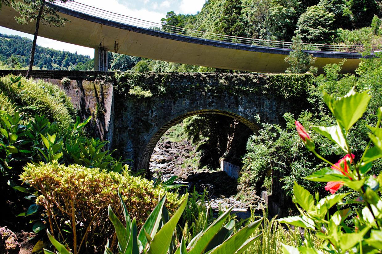 Old and new bridge across the Ribeira do Guilherme.